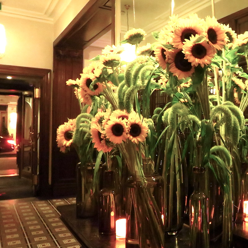 hix-mayfair-doindubai-lobby-flowers